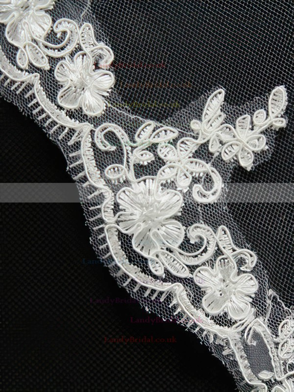 Three-tier Ivory Fingertip Bridal Veils with Applique
